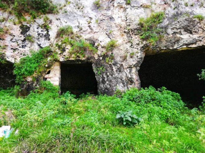 necropoli vicino lago di varano in uno dei borghi