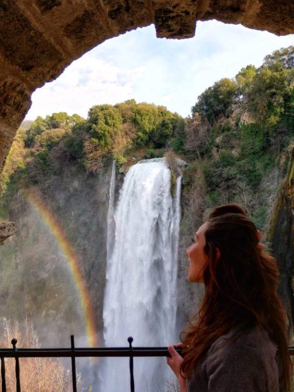 arcobaleno che si incontra nel visitare la cascata delle marmore