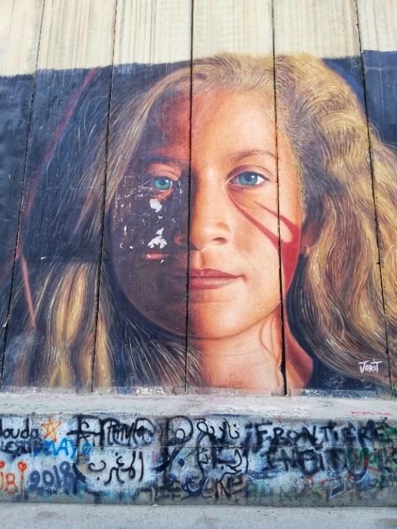 graffititi di jorit agoch sul muro di betlemme