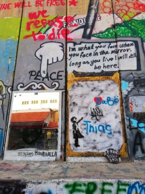 alcuni graffiti sul muro di separazione