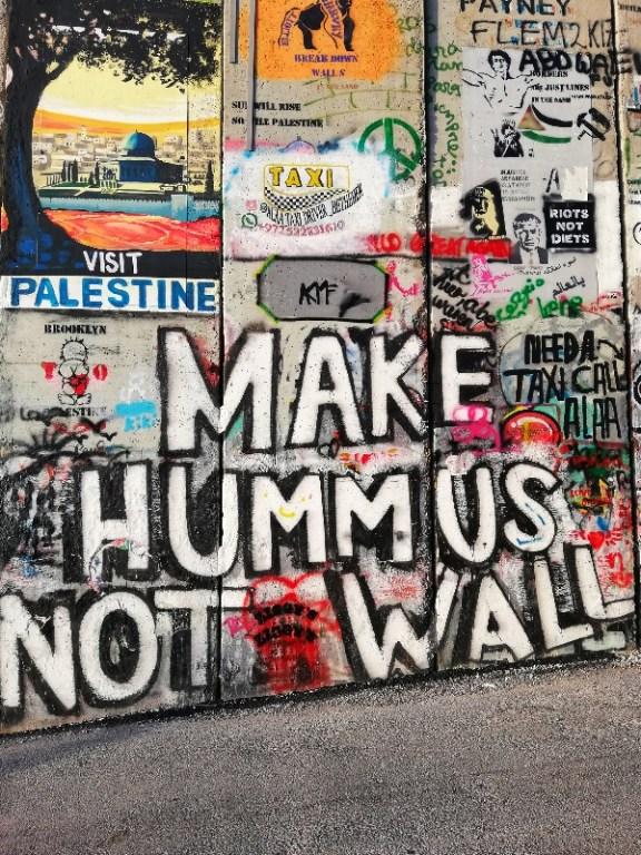 make hummus not walls tra i murales a betlemme nella barriera di separazione