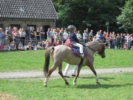 Kielshoop Rose Mary of Rose mit ihrer kleinen Reiterin Sophie Greßhöner und der Oma am Führzügel