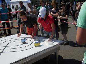 Julian beim Wettkampf mit dem SolaRobot. Foto: R. Orth