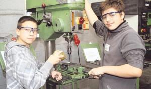 Sicherheit geht vor: Simon Herwig (15/links) und Percy Teuber (13) bohren an einem Stövchen. Dabei haben sie auch gelernt, dass solche Arbeiten nicht ohne Schutzbrille ausgeführt werden dürfen.