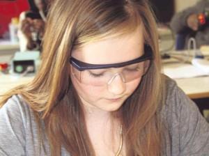 Konzentriert: Lea Prescha (14) lernte in der Werkstatt für Elektrotechnik, wie man richtig lötet. Fotos: Kothe.