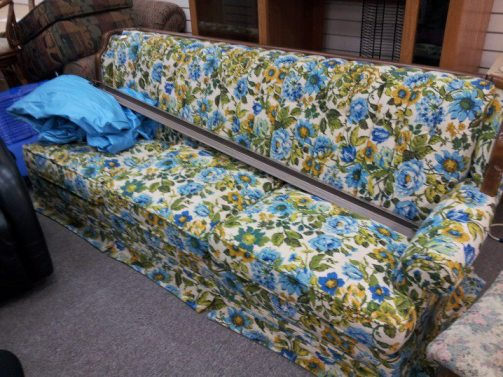 OMG!!! MUST. HAVE. VINTAGE. FLORAL. BEAUTIFUL. OMG. COUCH. WANT!!!!
