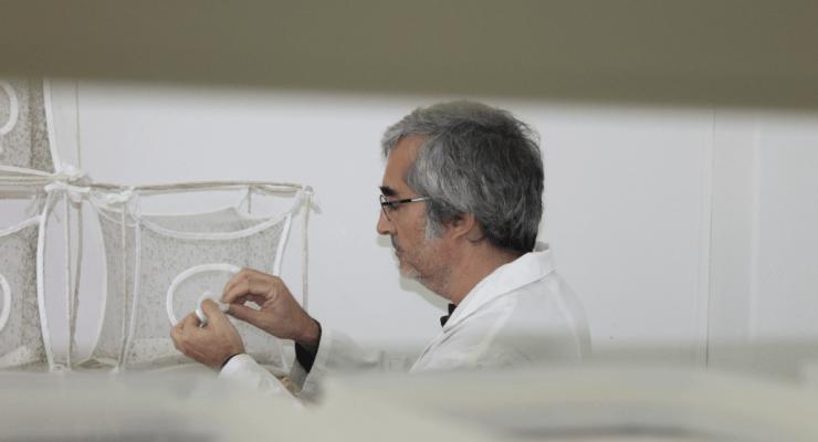 Fotografia de Henrique Silveira no insetário do IHMT