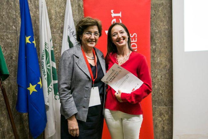 Ana Jorge, presidente do Conselho do IHMT e presidente do júri do concurso entrega o prémio a Sara Sá, jornalista da revista Visão