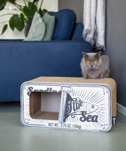 Kat ligt op krabmeubel District 70 Sardine