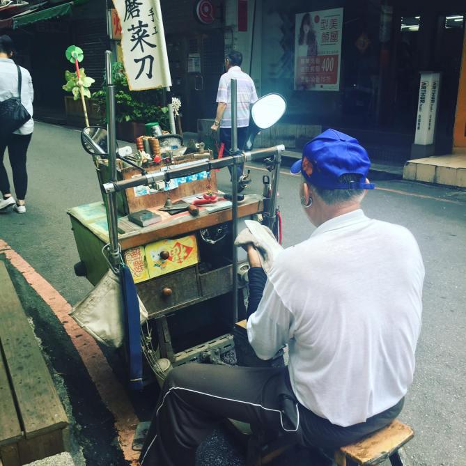 行動咖啡車很常見,行動磨菜刀車就沒看過了吧!  早上出門在巷口看刀工磨菜刀的攤車,第一次看到,一整個文青風,阿伯老闆耳環也很搶眼!  依稀記得很久以前路上偶爾會有車子用擴音器喊著「磨菜刀」,很久都沒看過了。