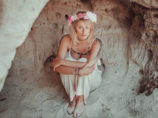 antonia_sandsteinhoehlen_blankenburg_hippie_hocke_ikopix
