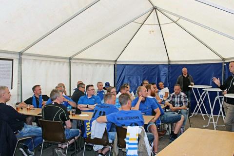 Supportrar lyssnar på coach Jonas Rehnberg inför matchen mot Utsiktens BK på Rimnersvallen. FOTO: Susann Sannefjäll