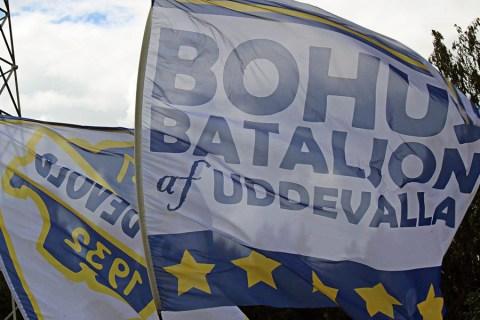 Supporterflaggor i bortamatchen mot Husqvarna. FOTO: Susann Sannefjäll