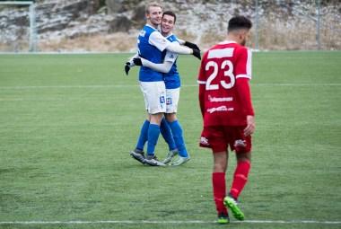 Andreas och Lucas firar ett av målen i segermatchen mot Stenungsund. FOTO: Tomas Sandström