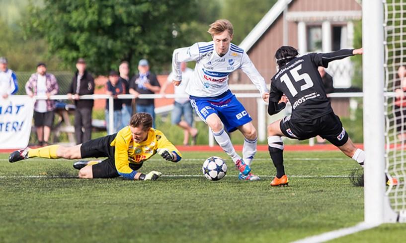 Daniel Ahonen dribblar bort Västerås SK's nummer 15 Karwan Zarifnejad och målvakten Adrian Forsgreni en match i division 1 norra för att göra ett drömmål. FOTO: Fredrik Sundvall