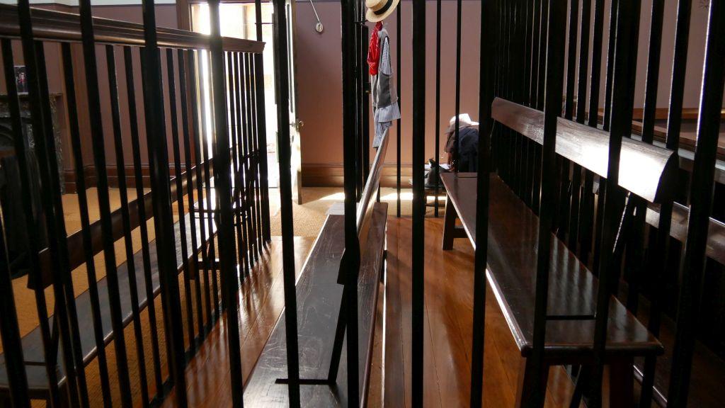 Gedeelte in de rechtszaal waar de veroordeelde werd opgesloten
