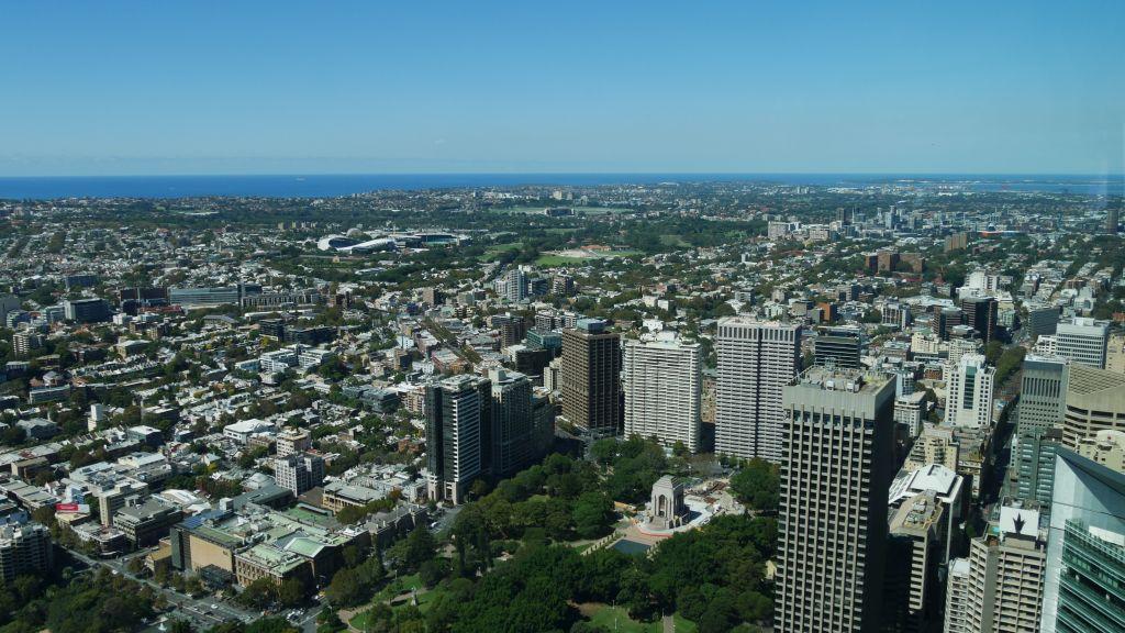 Uitzicht vanaf Sydney tower Eye met in de achtergrond de zee