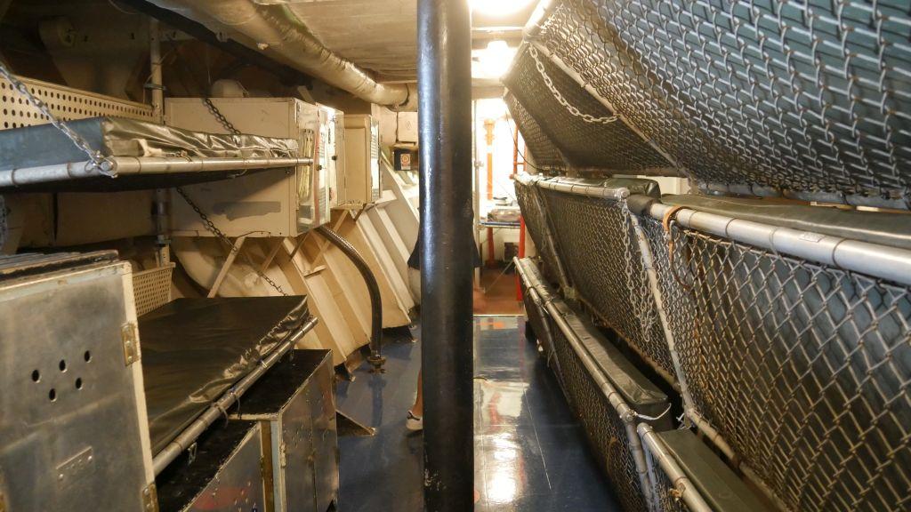 Slaapplekken in de vorm van stapelbedden op het marineschip