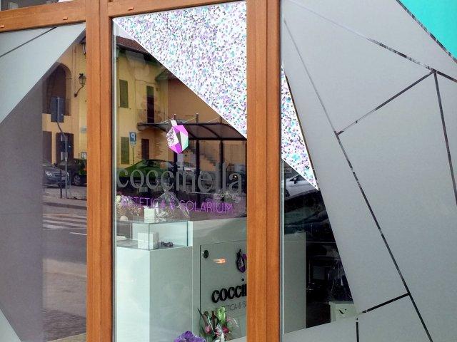 Dettaglio della vetrina del negozio Coccinella