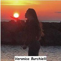 Veronica Burchielli foto artistica prende in mano il sole