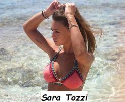Sara Tozzi in bikini si diverte al mare