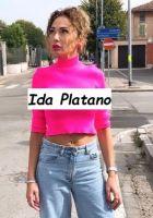 Corteggiatrice trono Over Ida Platano indossa una teen shirt