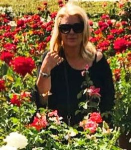Tina CIpollari si diverte in un campo fiorito