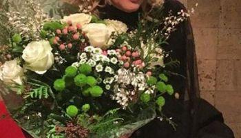 Uomini e donnei riceve un mazzo di fiori