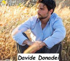 Foto del nuovo tronista di Uomini e donne Davide Donadei assorto a contemplare la bellezza di un campo di grano