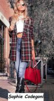 Sophie Codegoni nuova tronista di Uomini e donne posa in camicetta e jean da modella