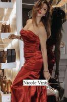 Foto di Nicole Vinti corteggiatrice di Uomini e donne del trono Over che posa con un vistoso abito rosso