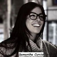 Samantha Curcio nuova tronista di Uomini e donne con gli occhiali ride divertita