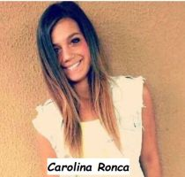 Foto di Carolina Ronca sorridente su uno sfondo marrone