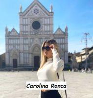 Foto di Carolina Ronca corteggiatrice di Uomini e donne davanti al Duomo di Frenze
