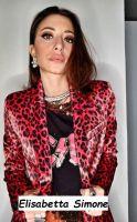Primo piano Elisabetta Simone che indossa una sua creazione di alta moda