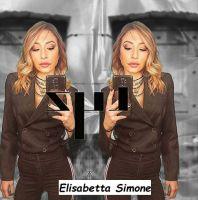 Elisabetta Simone gioca a riflettersi nello specchio per scattarsi una foto selfie