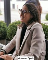 Vanessa Spoto bellissima con gli occhiali