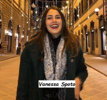 Vanessa Spoto corteggiatrice di Uomini e donne a passeggio per la via principale di Prato