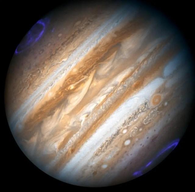 Anche su Giove si verifica il fenomeno delle aurore polari; qui vengono riprese da Hubble attraverso una composizione di immagini tra il visibile e l'UV.