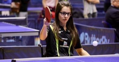 Carlotta Ragazzini mente gioca a tennis tavolo