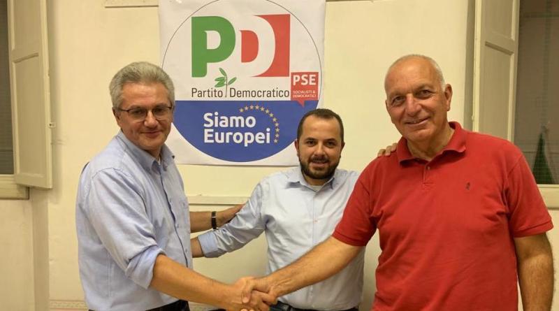 Fabio Anconelli riceve le consegne da Giorgio Sagrini
