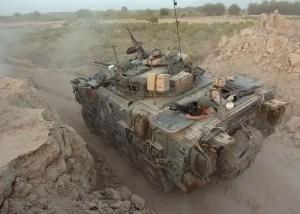 Un blindato britannico LAV III in movimento in Afghanistan.