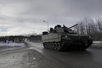 L'IFV di concezione svedese CV90 in movimento durante un'esercitazione invernale.