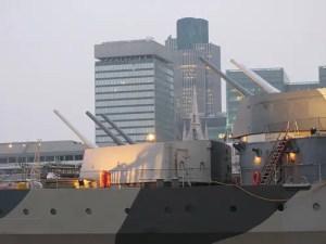 L'incrociatore della II Guerra Mondiale HMS Belfast e, sullo sfondo, il financial district di Londra. Un segno dei tempi?