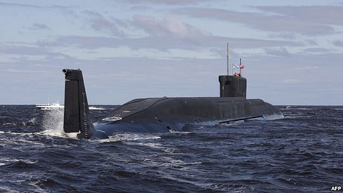 Un sottomarino russo classe Borei in navigazione.