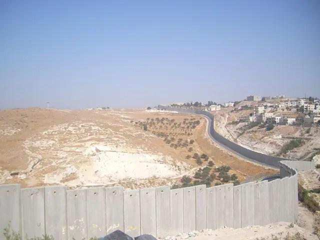 Il muro di separazione visto da Abu Dis, Cisgiordania, vicino a Gerusalemme