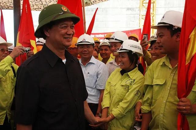 Il premier vietnamita Nguyen Tan Dung fa visita agli operai di un cantiere