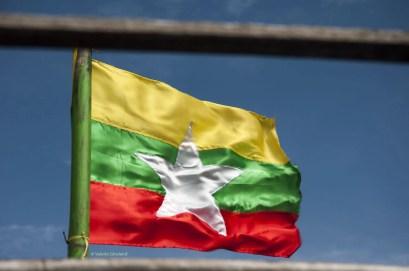 La bandiera del Myanmar stropicciata dal vento del nord.