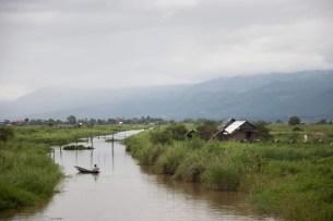 Tra i giardini galleggianti e i villaggi di palafitte è difficile stabilire dove inizi o finisca il lago Inle.