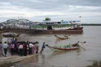 Una piccola folla attende il proprio turno per attraversare il fiume di Yangon con un taxi boat. Nel 2008 Yangon era stata colpita dal ciclone Nargis riportando danni non strutturali.